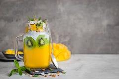 Mango, koks i chia ziaren pudding w szklanym słoju, zdjęcie stock