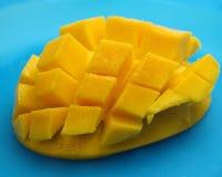 Mango in kubussen op blauw Royalty-vrije Stock Afbeelding