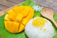 Mango maduro y arroz pegajoso Imagen de archivo