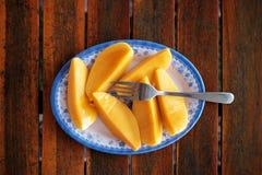 Mango maturo fresco su un piatto Fotografie Stock Libere da Diritti