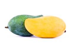 Mango maturo giallo e mango verde dal lato capo isolato alimento sano bianco della frutta del fondo Immagine Stock Libera da Diritti