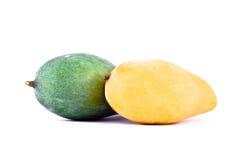 Mango maturo giallo e mango verde dal lato capo isolato alimento sano bianco della frutta del fondo Fotografia Stock