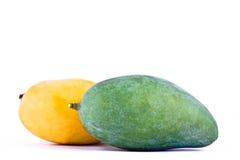 Mango maturo giallo e mango verde sull'alimento sano della frutta del fondo bianco isolato Fotografia Stock