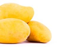 Mango maturo giallo sull'alimento sano della frutta del fondo bianco isolato Fotografia Stock