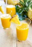 Mango med ananassmoothien Arkivfoton