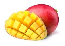 Mango med halvan som skivas till isolerade kuber Arkivfoto