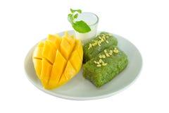 Mango mit dem klebrigen Reis gedient mit Kokosmilch Stockfotografie