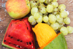 Mango mit grüner Traube mit Wassermelone und Apfel trägt Früchte Lizenzfreie Stockbilder