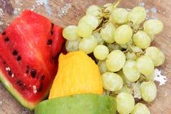 Mango mit grüner Traube mit Wassermelonenfrüchten Stockfotos