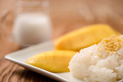 Mango mit klebrigem Reis auf hölzerner Tabelle Stockfotos