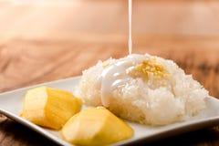 Mango mit klebrigem Reis auf hölzerner Tabelle Lizenzfreie Stockfotografie