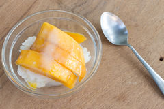 Mango mit Reisstock und -Kokosmilch auf hölzernem Hintergrund Lizenzfreies Stockbild