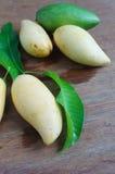 Mango na stole Zdjęcia Royalty Free