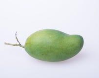 Mango o mango verde en un fondo Foto de archivo libre de regalías