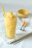 Mango- och för passionfrukt smoothies dricker på vit bakgrund Arkivbild