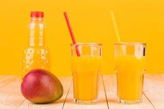 Mango och fruktsaft Arkivbilder