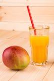 Mango och fruktsaft arkivfoton