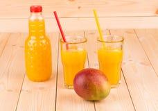 Mango och fruktsaft arkivbild