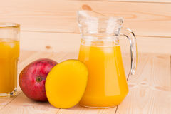 Mango och fruktsaft Royaltyfri Bild