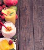 Mango- och jordgubbelassi Arkivbilder