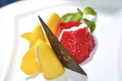 Mango och jordgubben med kokosnöten mjölkar Fotografering för Bildbyråer