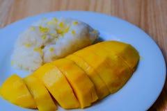 Mango och klibbiga ris Arkivfoto