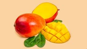 Mango och mangoskivor som isoleras på en beige bakgrund Top beskådar kopiera avstånd Lodlinjen avbildar arkivbilder