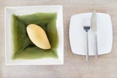 Mango op een kom Royalty-vrije Stock Foto's