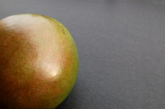 Mango op zwarte oppervlakte royalty-vrije stock fotografie