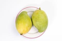 Mango på en platta som har den rosa kanten Arkivbilder