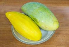 Mango på maträtt royaltyfria foton