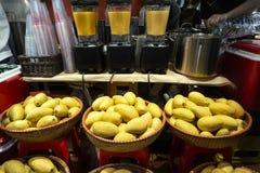 Mango r?ttelt im vietnamesischen Markt Frische Mango am Markt lizenzfreies stockfoto