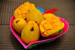 Mango's in Kleurrijke Mand Stock Afbeeldingen