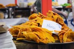 mango secado en una parada en el mercado foto de archivo