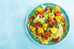 Free Mango Shrimps Salad With Red Pepper And Lime Juice. Seafood. Top View Royalty Free Stock Photos - 134518458