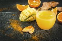 Mango, sinaasappel, kurkuma en gember smoothie Stock Afbeelding