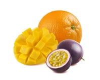 Mango, sinaasappel, passionfruit geïsoleerd op wit Royalty-vrije Stock Afbeeldingen