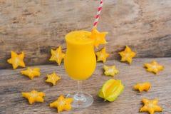Mango smoothies en stukken van carambola op een oude houten backgro Stock Foto