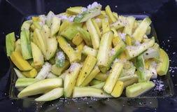Mango som klipps in i små stycken, strilar med saltar, peppar och socker royaltyfria foton
