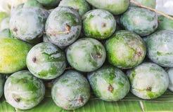 Mango som tillsammans staplas i marknad Arkivbild