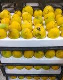 Mango staplar för att sälja i marknad royaltyfria bilder