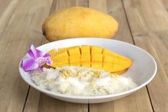 Mango tailandés del postre con arroz pegajoso en el fondo de madera fotografía de archivo