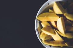Mango tirado en fondo oscuro El mango se arregla en el lado derecho de este bastidor Cierre para arriba Foto de archivo