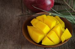 Mango tropical fresco en fondo de madera Imágenes de archivo libres de regalías