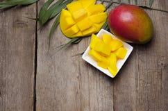 Mango tropical fresco en fondo de madera Fotos de archivo
