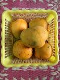 Mango in un canestro Fotografia Stock