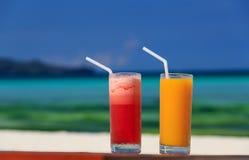 Mango- und Wassermelonencocktails auf tropischem Strand Lizenzfreie Stockfotografie