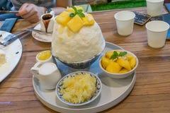 Mango van Bingsu de Koreaanse desserts die met gezoete condens en kleverige rijst wordt gediend stock foto