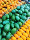 Mango verde ed arancio dolce sul supermercato fotografie stock