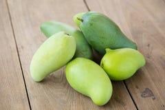 Mango verde su una tavola di legno fotografia stock libera da diritti